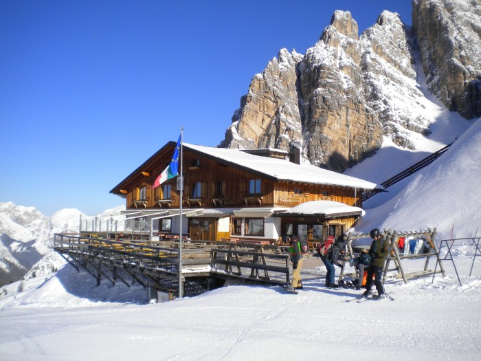 Authentieke hut tijdens de Skihuttentocht