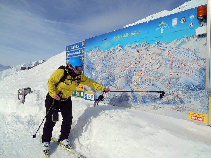 Skigids geeft de route aan in Ladis